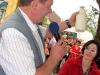 župan je simbolično otvoril mlekomat in natočil prvi liter mleka